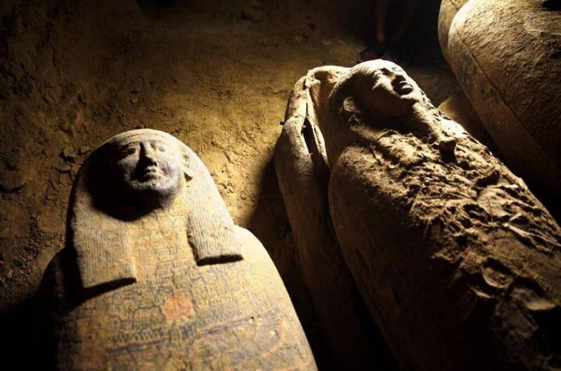 Discovery of a deep well containing 13 coffins closed 2,500 years ago in the Saqqara desert.